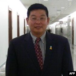 Ông Dương Kiến Lợi nói 'người dân có quyền tiếp cận các thông tin' trên Internet.