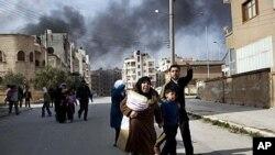 大批敘利亞人逃離戰火家園。