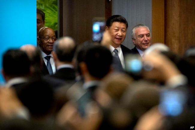 在廈門金磚峰會期間,中國主席習近平和南非總統祖馬(左)、巴西總統特梅爾抵達會場,參加金磚國家工商論壇開幕式(2017年9月3日)
