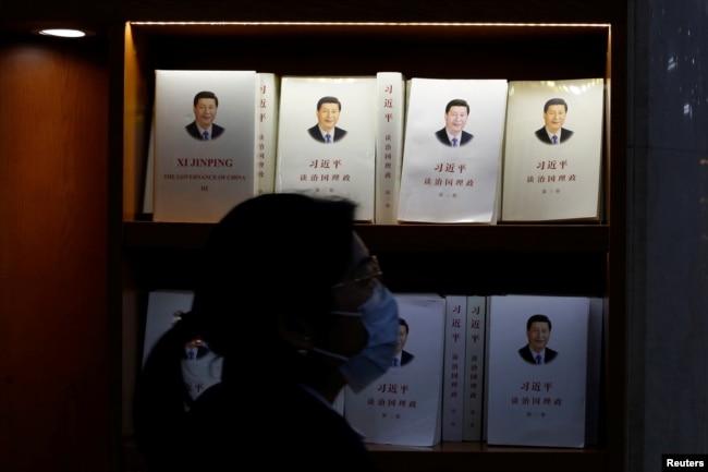 一名妇女走过北京一家书店陈列的习近平著作。(2021年3月1日)