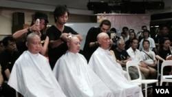 香港和平佔中運動3位發起人陳健民(左起),戴耀廷及朱耀明集體剃頭(美國之音湯惠芸攝)