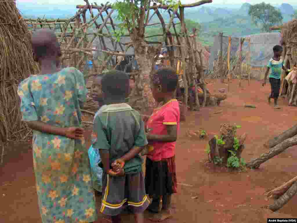 Crianças moçambicanas no campo de refugiados de Kapise no Malawi.
