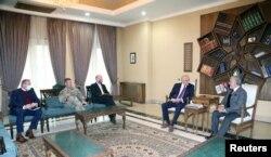 阿富汗民族和解委員會主席阿卜杜拉在喀布爾會晤美國和平特使哈利勒扎德。(2021年1月5日)