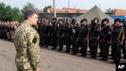 Ukrajinski predsednik Petro Porošenko sa trupama u istočnoj Ukrajini