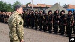 FILE - In this photo taken June 20, 2014, in Izyum, near Slovyansk, eastern Ukraine, Ukrainian President Petro Poroshenko visits troops.