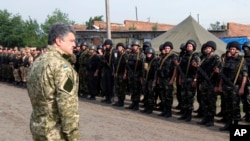 Tổng thống Petro Poroshenko thăm binh sĩ Ukraine.