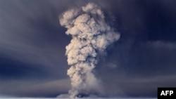 Khói bốc lên từ núi lửa Grimsvotn, cách thủ đô Rejkjavik của Iceland khoảng 120 dặm (200 km) về phía đông