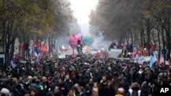 Aksi mogok massal di Paris, Perancis, Kamis, 5 Desember 2019.
