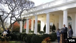 El presidente Obama habló sobre el Día de Acción de Gracias desde el Jardín de las Rosas de la Casa Blanca junto a sus hijas, Malia y Sasha Obama.