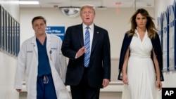 Le président Donald Trump, la Première dame Melania Trump, et le docteur Igor Nichiporenko, lors d'une visite au centre médical Broward Health North à Pompano Beach, en Floride, le 16 février 2018.