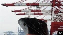 수출품 선적을 기다리는 중국 화물선