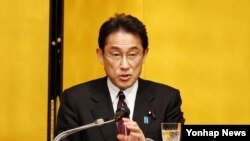 기시다 후미오 일본 외무상이 19일 일본 도쿄도 소재 데이코쿠 호텔에서 열린 강연회에서 발언하고 있다.