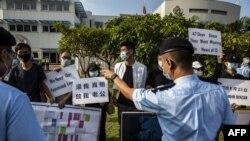 被控偷渡的12港人的親屬在政府飛行服務隊外抗議。 (2020年10月8日)