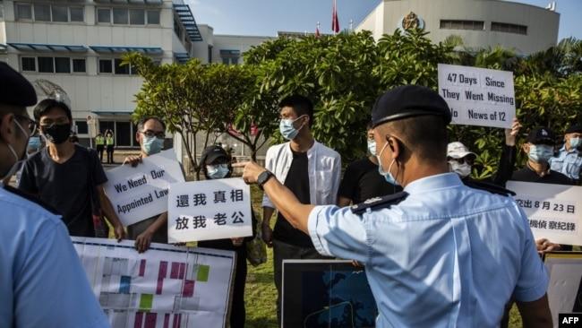 被控偷渡的12港人的亲属在政府飞行服务队外抗议。(2020年10月8日)