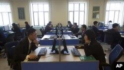 지난해 1월 북한 평양 김일성종합대학교 전산실에서 학생들이 컴퓨터를 사용하고 있다.