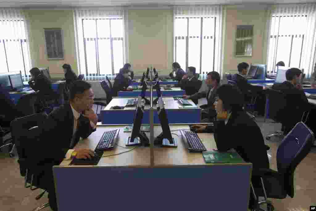 Para mahasiswa belajar di terminal-terminal dalam lab komputer di Kim Il Sung University di Pyongyang, Korea Utara (8/1). (AP/David Guttenfelder)