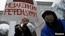 Người biểu tình, ủng hộ Ukraina ở Simferopol, Crimea cầm biểu ngữ với nội dung không trưng cầu dân ý bất hợp pháp 11/3/14.