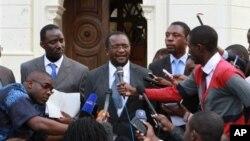 9일 짐바브웨 하라레의 헌법재판소 앞에서 민주변화운동 대변인(가운데)이 대선 무효 소송에 대한 입장을 발표하고 있다.