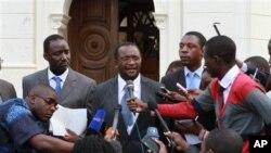 Douglas Mwonzora, porta-voz do MDC (ao centro) falando com a imprensa junto ao Tribunal Constittucional