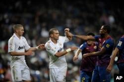 Real Madrid fi Barcelona,Muddee 10, 2011. (AP Photo/Daniel Ochoa de Olza)