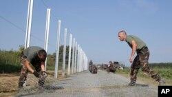 匈牙利士兵正在修建鐵絲網