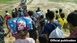 Dân làng bỏ chạy khỏi tình trạng bạo lực ở Rakhine.
