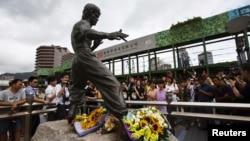 Obožavaoci okupljeni oko statue Brusa Lija u Hong Kongu