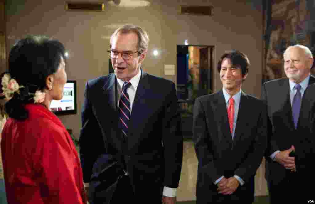ທ່ານນາງ Aung San Suu Kyi ໄດ້ຮັບການຕ້ອນຮັບ ຈາກຜູ້ອໍານວຍການວີໂອເອ ທ່ານ David Ensor (ຊ້າຍ), ຫົວໜ້າພະແນກພາສາມຽນມາ ທ່ານ Than Lwin Htun (ກາງ) ແລະຜູ້ອໍານວຍການອົງການ IBB ທ່ານ Richard Lobo. (Alison Klein/VOA)