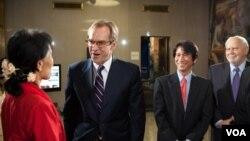 На Ан Сан Су Чи добредојде во Гласот на Америка и` посака директорот Дејвид Енсор
