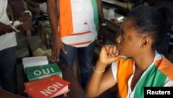 Des agents surveillent les bureaux de vote lors du referendum à Abidjan, Côte d'Ivoire, le 30 octobre 2016.