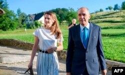 «یانس یانسا» نخست وزیر سابق اسلوونی و همسرش که در این انتخابات از رقبا پیش است.