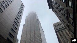 Khói bốc lên từ nóc một toà nhà trung tâm thành phố New York sau vụ tai nạn.