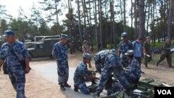 中国军队更多走出国门。今年夏季在俄罗斯梁赞州举行军事比赛活动时,俄军演习场中的中国军人(美国之音白桦)。