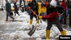 Decenas de trabajadores limpian las calles en Nueva York golpeada este invierno por intensas nevadas.