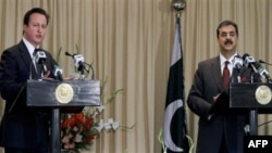 Thủ tướng Anh David Cameron (trái) và Thủ tướng Pakistan Yousuf Raza Gilani mở cuộc họp báo chung