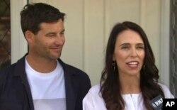 คลาร์ก เกย์ฟอร์ด (ซ้าย) สามีของนายกฯหญิงนิวซีแลนด์ รับหน้าที่คุณพ่อเต็มเวลาในการเลี้ยงลูกคนแรกของพวกเขา