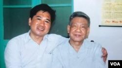 Cố Tổng bí thư Lê Khả Phiêu (phải) cùng luật sư Cù Huy Hà Vũ (ảnh do ông Vũ cung cấp)