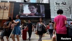 23일 홍콩 번화가의 쇼핑몰 전광판에 스노든에 관한 뉴스가 나오고 있다.
