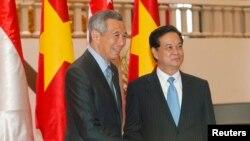 Thủ tướng Lý Hiển Long của Singapore và Thủ tướng Việt Nam Nguyễn Tấn Dũng tại Văn phòng Chính phủ tại Hà Nội, ngày 11/9/2013.