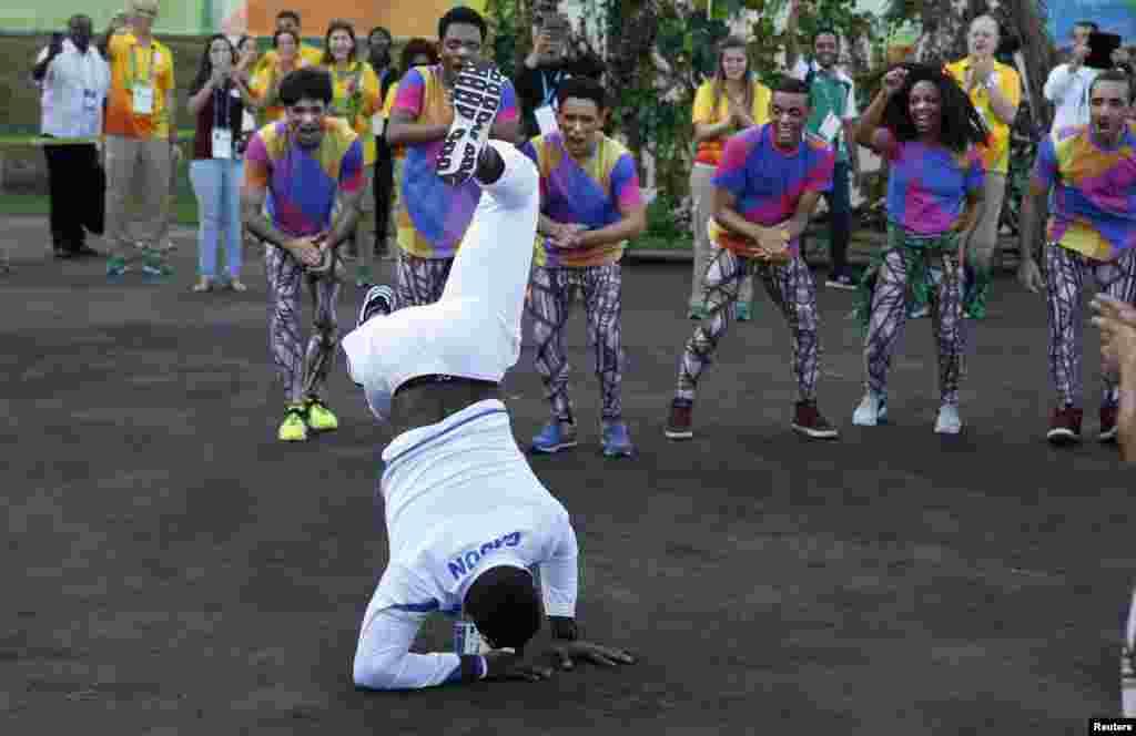 Un athlète du Gabon dance lors d'une cérémonie d'accueil à Rio, le 30 juillet 2016.
