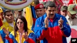 Nicolás Maduro junto a su esposa, Cilia Flores, durante un acto de campaña frente al Palacio de Miraflores en febrero de este año.