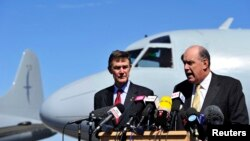 Australia's Minister of Defence David Johnston and Angus Houston (L), a retired air chief marshal and head of the Australian agency coordinating the search for Malaysia Airlines Flight MH370, address the media at the RAAF Base Pearce near Perth, April 8,