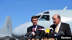 澳大利亚国防部长约翰斯顿(右)与澳大利亚失踪马航班机搜寻协调负责人、退役空军上将休斯顿在珀斯附近的澳大利亚皇家空军基地对媒体讲话。(2014年4月8日)