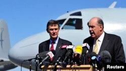 Menteri Pertahanan Australia David Johnston dan Angus Houston (kiri), kepala tim pencarian pesawat Malaysia Airlines yang hilang, dalam jumpa pers di dekat Perth (8/4). (Reuters/Richard Polden)