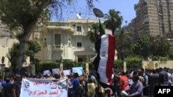 ۲۴ آوریل- تظاهرکنندگان مصری در مقابل سفارتخانه عربستان سعودی در قاهره