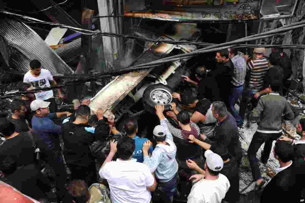 این عکس منتشر شده توسط خبرگزاری رسمی سوریه، سانا، محل انفجار يک اتومبيل در دمشق را نشان می دهد. ۵ نوامبر، ۲۰۱۲.