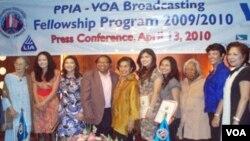Para pemenang PPIA-VOA Fellowship Program 2010 (kelima dan keenam dari kanan) bersama pemenang tahun 2009 (ketiga dan keempat dari kiri) pada acara jumpa pers di Hotel Nikko, Jakarta, 13 April 2010.