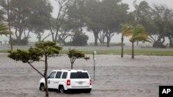 Sebuah kendaraan petugas taman terjebak banjir di tempat parkir Haulover Park saat Badai Irma menghantam kawasan North Miami Beach, Florida, 10 September 2017.