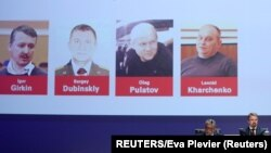 ພາບຂອງຊາວຣັດເຊຍ: ທ້າວ Igor Girkin, Sergei Dubinsky ແລະ Oleg Pulatov ແລະທ້າວ Leonid Kharchenko, ຄົນຢູເຄຣນນັ້ນ ທີ່ຖືກ່າວຫາວ່າ ຍັງເຮືອບິນໃນຖ້ຽວບິນທີ MH17 ຕົນໃນປີ 2014 ນັ້ນ