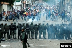 Demonstrators clash with members of Venezuelan National Guard during a rally demanding a referendum to remove Venezuela's President Nicolas Maduro in San Cristobal, Oct. 26, 2016.